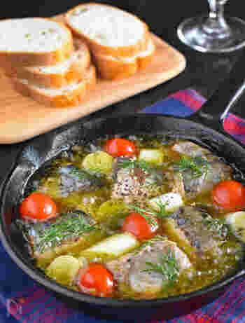 かんたんでおいしい、いま話題のサバ缶メニュー☆材料とオリーブオイルを入れて加熱するだけ。  サバ缶にしっかりと味がついているので余計な味付けは不要です! おうちアヒージョデビューにいかが?