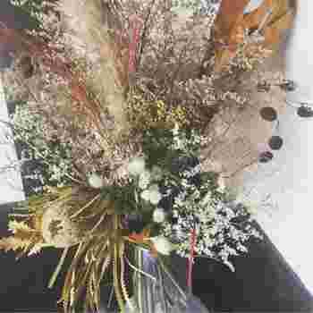 お花や葉っぱが完全に乾いた後には、花瓶などに差してもOK。乾燥している分、折れたりお花が落ちてしまいやすいので、注意して優しくアレンジしてあげてくださいね。