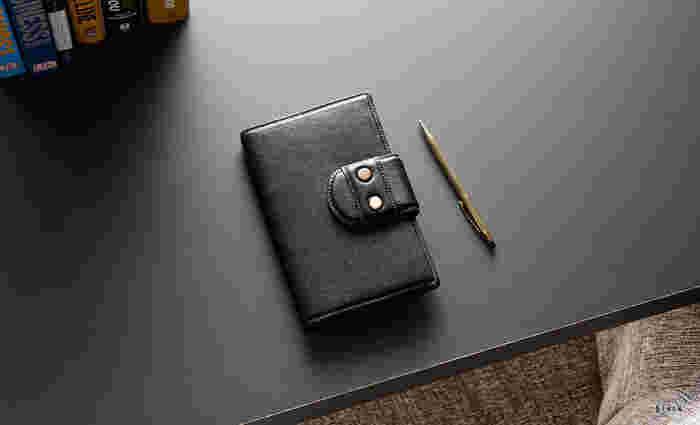 機能性と見た目の美しさを兼ね備えた才色兼備の手帳。傷つきにくくてしっとりとした手触りの「ファインシュリンクレザー」を使用しています。開くと右サイドにたくさん入る大きなマチ付きポケットがあり、バックルタイプの留め具でしっかりガードできるすぐれもの!