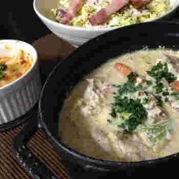豆乳と味噌でまろやかに仕立てた、もうかさめのシチューふうスープ。火を入れる前に、もうかさめに酒と塩を振り、時間をおいてからキッチンペーパーで水気を拭き取ってから調理します。
