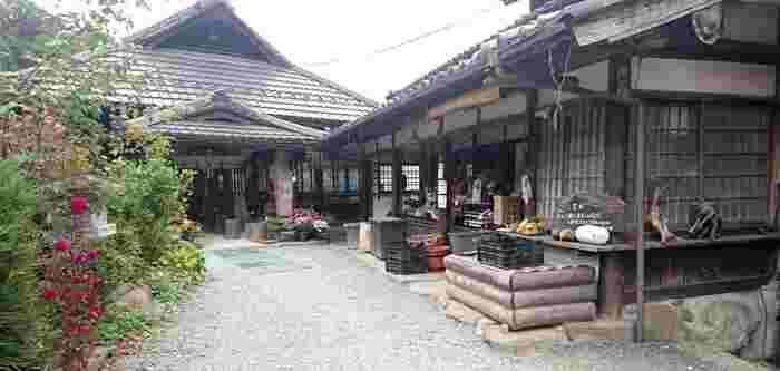 歴史を感じられる合掌造りの古民家をそのまま利用した懐かしい佇まいの「きのこの里、鈴加園(すずかえん)」は、埼玉・秩父にある郷土料理が食べられるお店です。