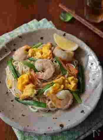 ナンプラーで味付けされたアジアの屋台料理のようなアレンジメニュー。エビの赤、卵の黄色、ニラの緑で彩りもきれいですね。エスニックの味付けが苦手な場合は、お醤油で和風にアレンジしてもおいしいです。