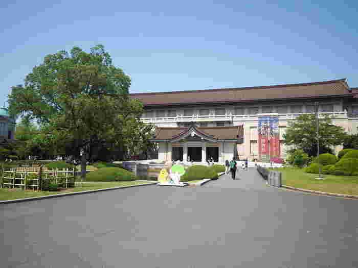 公園入り口を背にまっすぐ行ったところにある噴水広場の、右側の突き当たりに見えるこの建物が「東京国立博物館 本館」です。渡辺仁による設計で、東洋風を強く打ち出した「帝冠様式」の代表的建築です。2001年には建物が重要文化財に指定されています。本館の2階では「日本美術の流れ」が展示され、縄文時代から江戸時代の日本の文化史を、国宝など本物の作品で観ることができます。