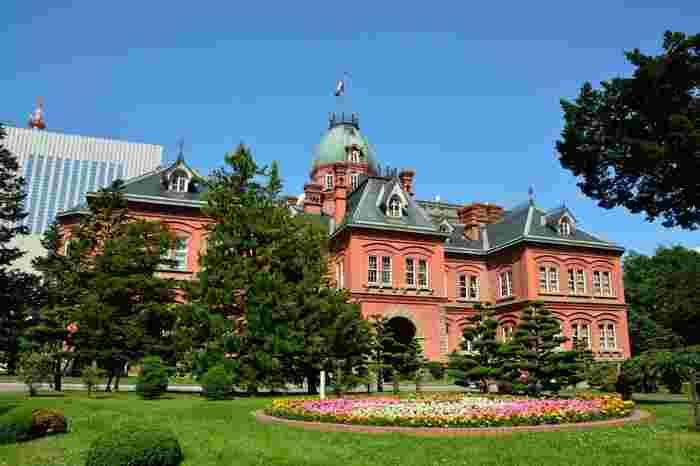 開拓のシンボルとして、また国の重要文化財として北海道の歴史を今に伝える北海道庁旧本庁舎。「赤れんが庁舎」の愛称で親しまれています。