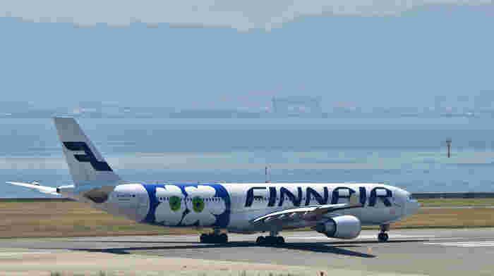 海外では空港での手続きがスムーズにいくか、乗り継ぎが間に合うか、など不安もありますよね。広い国際空港だと迷わないようにと緊張するものです。その点、ヘルシンキのヴァンター空港はコンパクトで移動しやすいのが特徴。各都市を結ぶハブ空港でありながら、初めてでも利用しやすい場所です。