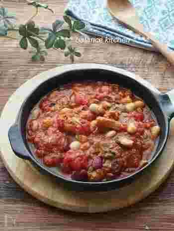 「サバのトマト煮」は、パンにぴったりなのに、あっという間にできる簡単レシピです。  「サバ」は青魚なので栄養価が高く、「豆類」は食物繊維が豊富、「トマト」はリコピンたっぷり。どの栄養素も積極的にとりたいものです。  パンは、トマトの酸味とよく合うので、ついパンをたくさん食べ過ぎないように気を付けましょう*