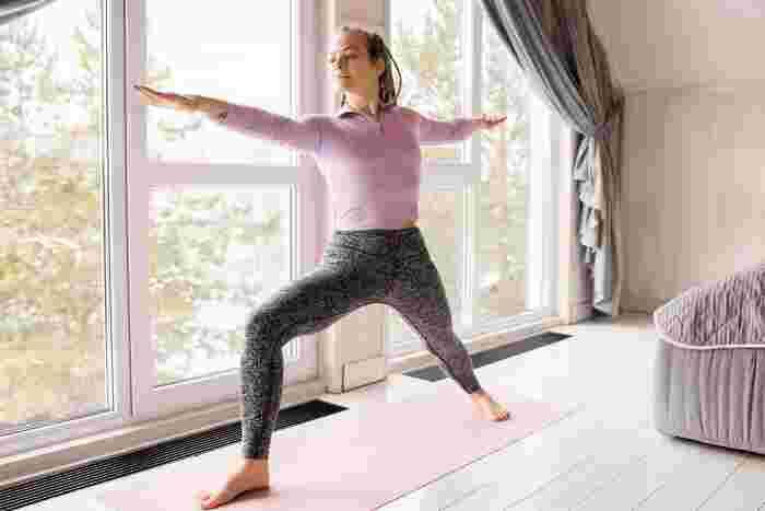 シンプルな1分トレーニングに体が慣れてきたら、もう少し負荷をかけた運動にチャレンジしてみるのもおすすめです。続いては、全身を使った1分トレーニングをご紹介します。