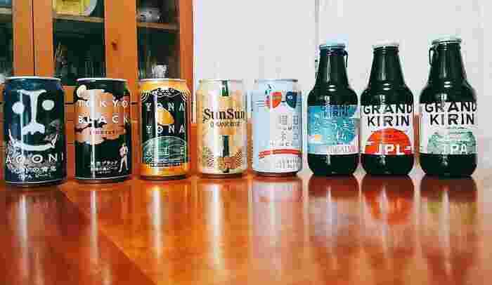 最近人気が高まり、スーパーやコンビニでも扱われるようになった「クラフトビール」。日本では明確な定義はされていませんが、多くの場合小規模な醸造で作られるビールを指します。  それぞれの醸造所で作られるクラフトビールはパッケージも様々で、見ているだけでも楽しいですね。