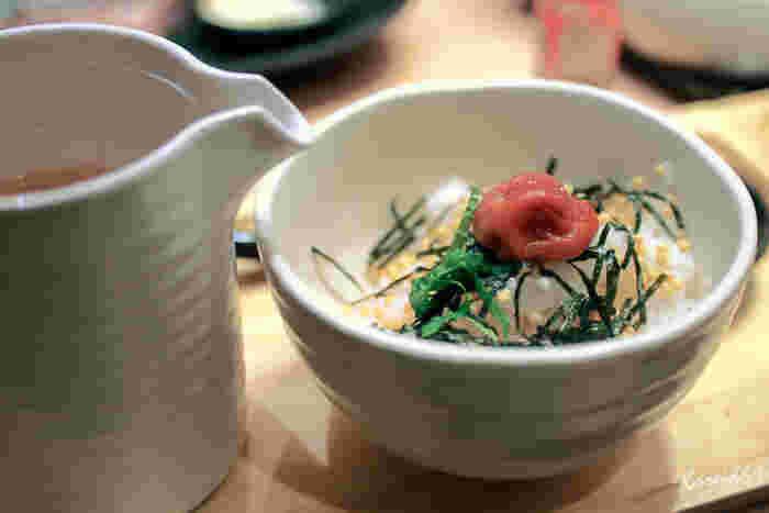 おうちでお茶漬けを作るときは、薬味を添えるように心がけると彩りがよくなり、風味もアップします。薬味を複数添えると、より豪華な雰囲気になって、目を楽しませてくれますね。