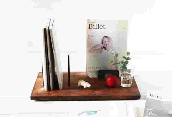 キャンドゥの桐まな板とセリアの桐箱の蓋を使ったブックスタンドです。木材はペイントして、金具は錆風加工すると仕上がりがぐんとおしゃれに。ブックスタンドとして数冊の本を収納したり、お気に入りの1冊は表紙が見えるようにディスプレイすると雑貨屋さんのようで素敵♪