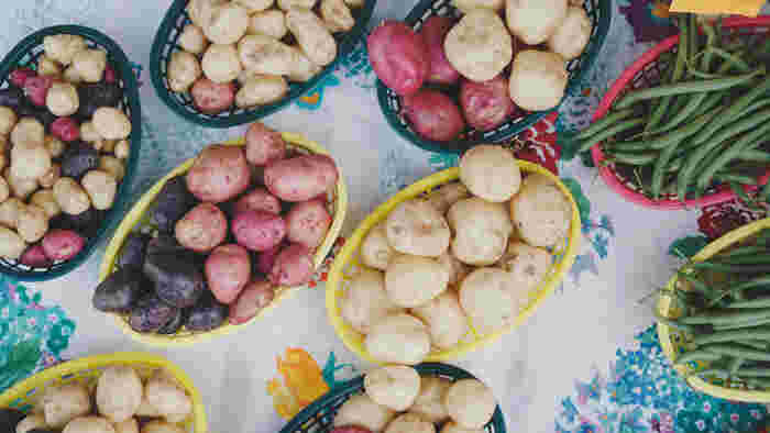煮ても、炒めても、蒸しても美味しい万能野菜。寒い季節になると、シチューやお鍋など煮込み系のメニューで使うことが多くなりますよね。価格が安定していて1年中出回っている、家庭の食卓には欠かせない存在です。  【賞味期限】 冬場:1カ月ほど 夏場:1週間ほど 日持ちするので、数種類をストックしておいてもよさそう。(大根と同じく重たさが難点ですが、持ち帰れる範囲で頑張って!) 【オススメの保存方法】 注意するのは水気と日光。水気があると腐りやすいため、新聞紙や紙袋、またはダンボールに入れて風通しのよいところへ置きましょう。また、日光に当ててしまうと緑色に変色して、味や歯ざわりが悪くなったりするので、暗いところで保存してください。5℃ぐらいの暗い場所が適しているので、冷蔵庫に入れておくと長持ちします。