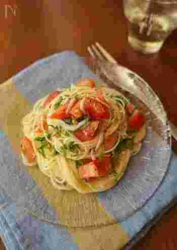 冷静パスタに使うカッペリーニは細麺で茹で上がりが2分と早く、手早くパスタを食べたい時にぴったり。トマトや大葉の彩り綺麗な、夏に食べたいパスタです。