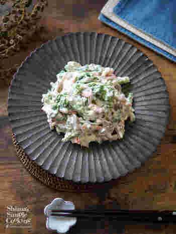 定番の白和えも、ひとつひとつの準備に丁寧に手間をかけるとぐっと美味しくなります。菜の花を茹でる時は、硬めの茎と火が通りやすい芽の部分を切り分け、茎→芽の順に湯に放ちましょう。お豆腐は泡立て器を使ってフワフワに。菜の花のほろ苦さをお豆腐が優しく包む、上品な白和えです。