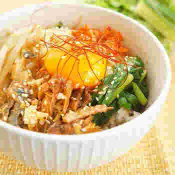 ビビンバ風の丼もおいしそう!市販のキムチと、すぐに作れるナムルを合わせるだけの簡単どんぶりです。食材ごとに盛り付けるのが、見た目よく仕上げるコツですよ。