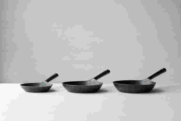 20cm(重さ:約600g) 、24cm(重さ:約900g)、26cm(重さ:約1040g)の3サイズあり、20cmは1人暮らしの方や、アウトドアに持って行くのにちょうど良いサイズ。24cmは2人で食べるランチに適していて、26cmは夕食のメイン料理などに使えます。大きくても軽めで扱いやすいので3サイズどれも欲しくなってしまいそう。