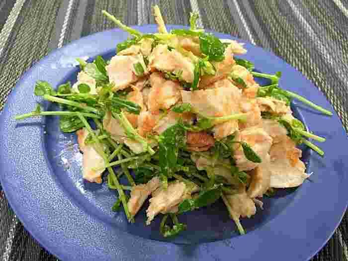 豆苗と鶏むね肉を明太マヨネーズで和える一皿です。蒸した鶏むね肉を裂いて豆苗と混ぜるだけなのでパっと作れておつまみにも◎サラダチキンなどで代用してもおいしくできそうです。