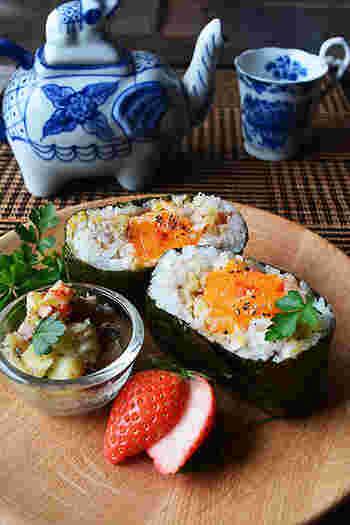 ■ 冷凍卵とオイルサーディンポテトのおにぎらず  おにぎりや、おにぎらずは食べやすくて時間の無い朝食にぴったり!冷凍卵、オイルサーディーンとポテトを具にした、がっつりボリューミーなおにぎらずです。お弁当にも良いですね。