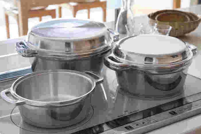 1953年に誕生したロングセラーの「無水鍋」。厚手のアルミ鍋は、本体と蓋がピッタリ重なる仕様。水蒸気をしっかり閉じ込めることで栄養や食材の味を逃がしません。炊く・蒸す・煮る・茹でる・焼く・炒める・揚げる・オーブン代わりの天火調理など、さまざまな調理法が可能です。
