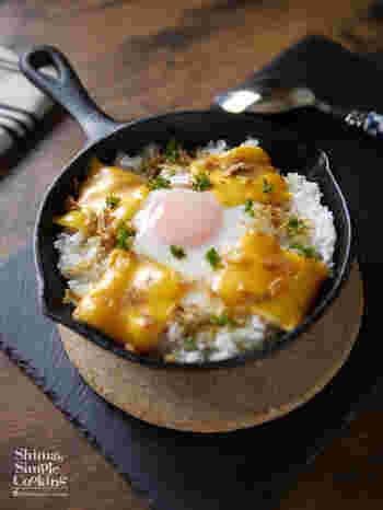 「TKG」とは、誰もが知ってる卵かけご飯のこと。そんなTKGも、スキレットを使えばおしゃれなカフェメニューに変身! 溶け出すチーズの濃厚な旨味と、卵と醤油の相性は抜群です!