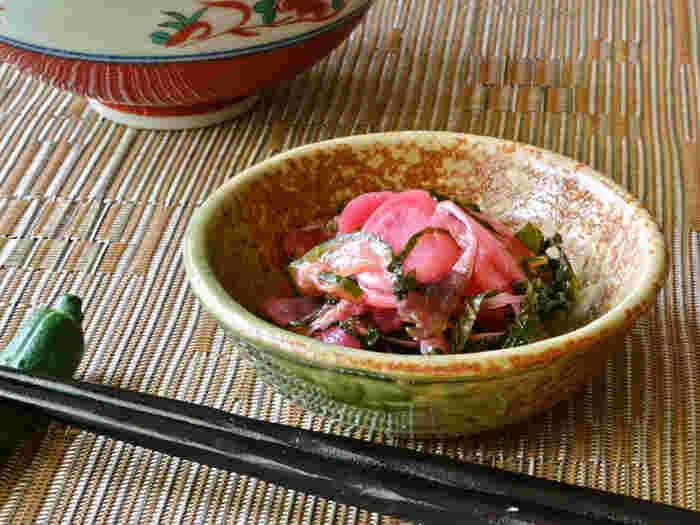 こちらも、和食に合うお漬物。みょうが、なすなど、和の野菜と一緒につくる、ラディッシュのしば漬けです。  大葉をたっぷり使って、風味豊かに。ご飯のお供になるくらい、しっかり味を染み込ませるのがポイントです。