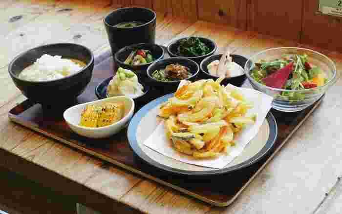 バランス日替わり定食や野菜ざんまいおばんざい定食など、健康的で味にもこだわりあるメニューばかり。ランチは10時半からと、早めにいただけます。