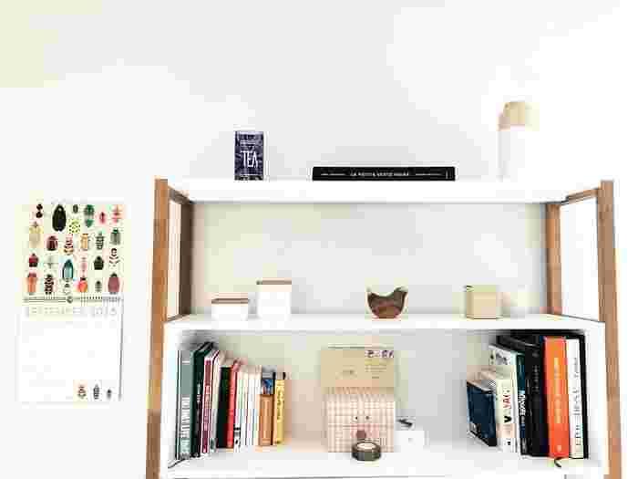 収納にシェルフは欠かせませんが、狭い部屋だとどうしても圧迫感が出てしまいます。そういったときは背板のないタイプのシェルフを活用すると窮屈さがなくなり、奥行きのある空間を演出できます。