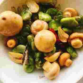 『空豆とマッシュルームの和風アヒージョ』  こちらは、真っ白なマッシュルームと、春から初夏に旬を迎える空豆の緑のコントラストが美しいアヒージョ。塩とニンニクの基本の味付けに、利尻昆布を加えて和風に仕立てに。ワインはもちろん、日本酒にも合いそう。