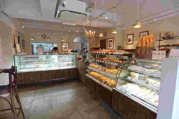 お店の名前「Le plaisir du Pain」は「パンの楽しみ、喜び」という意味。フランス人の旦那さまと日本人の奥さま2人のシェフが営むこちらのお店では、本場フランスの味を楽しむことができるとあって、平日の朝でもお客さんが途切れないほどの人気店。