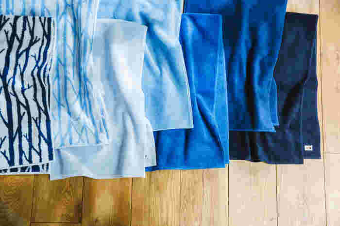製造は愛媛県今治市で質の高いタオルを作り続ける吉井タオルによるもの。空や海をイメージしたカラーセレクトは、テキスタイルデザイナーの鈴木マサルさんが行ないました。