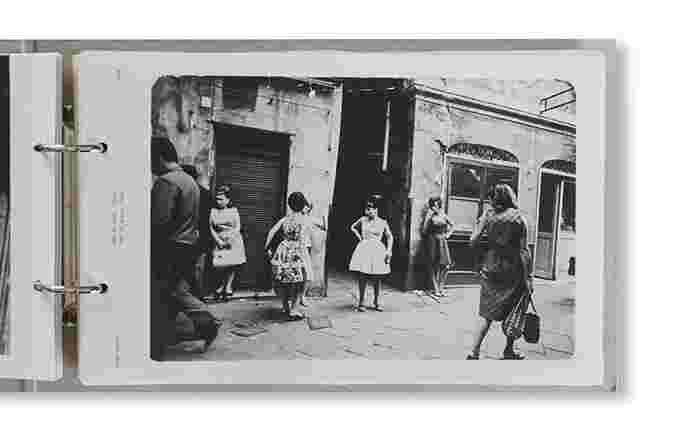 掲載されている231枚の写真は、まさに20世紀を代表する写真たち。 人間の暮らしや気持ちが、時に激しく、時に染み入りように優しく心に入り込み、「写真の力」を垣間見ることができます。