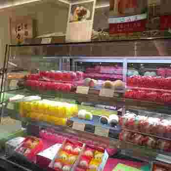 「仁々木」が新たに立ち上げた、フルーツ大福専門店「菓実の福(かじつのふく)」の大福も、こちらでお買い求めいただけます。旬のフルーツを白あんやクリームと合わせたフルーツ大福が、選り取り見取り♪