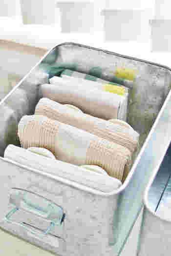 大きさの異なるキッチンクロスを、整然かつ出し入れしやすく収納するアイディアです。使っているのはトタンの米びつと、、