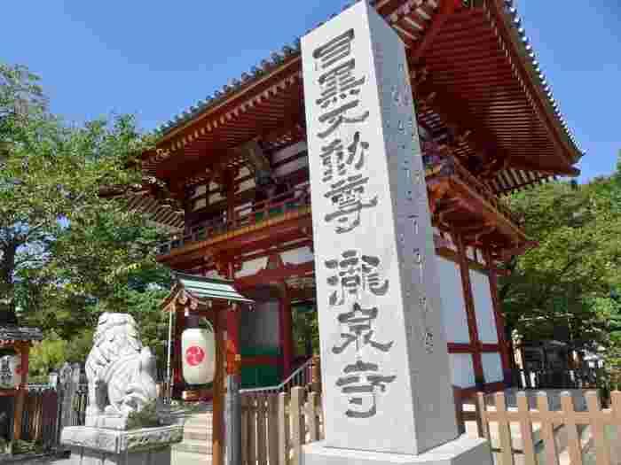 昭和37年(1962年)再建の朱塗りの仁王門には、開口(阿)那羅延金剛と、閉口(吽)密迹金剛、そして階上には韋駄天が祀られています。