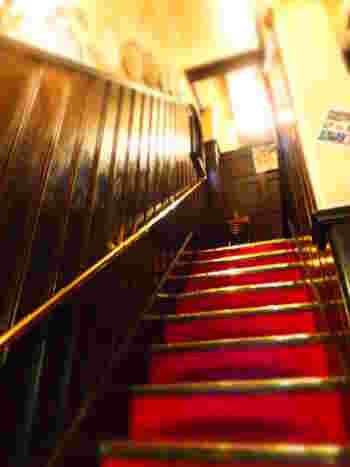 古めかしい洋館風の階段を上がって店内へ……