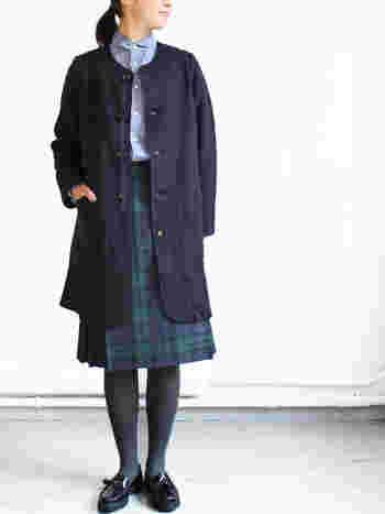 ワンピースやスカートなどと合わせてきれい目なコーディネートのイメージの強いノーカラーコートですが、最近では思い思いの好みのアイテムを取り入れていろんな着こなし方をしている人が増えています。