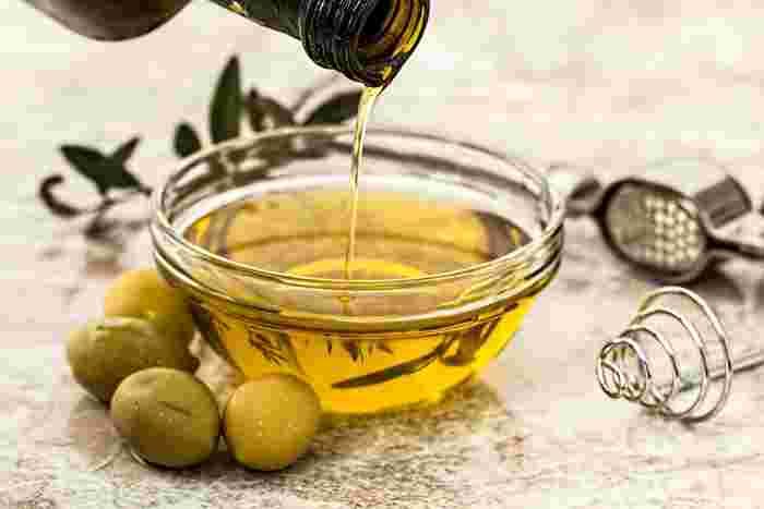 ホホバオイルやオリーブオイル、アルガンオイルなど、植物から採ったオイルがベースのもの。髪の内部を補修してツヤを出してくれます。頭皮や髪全体にオイルをなじませる「オイルパック」にも使えます。