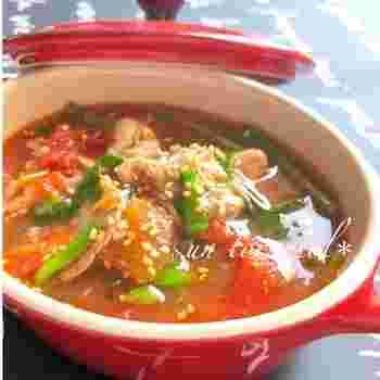 10分でササッとできちゃうお手軽レシピ。豚肉にニンニク、しょうがが加わり、体の内側から元気が湧きあがってきそうなスープです。