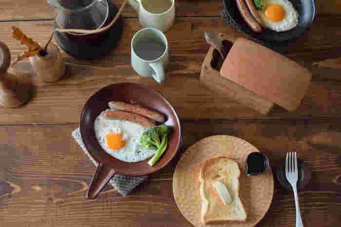 リゾット / 4th-market(フォース マーケット)  丸っこいフォルムが可愛らしい、取っ手付きの耐熱皿です。スキレットと似ていますがこちらは電子レンジもOKなのが特徴。さらに料理の幅が拡がりそうです。おもてなし以外にも、普段の朝食作りなどで手軽に使えるのも魅力的。