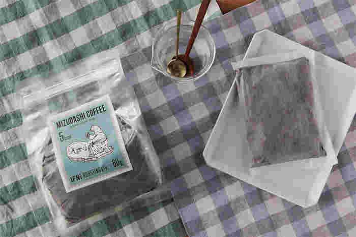 シロクマがアイスコーヒーを飲むかわいらしいパッケージの水出しのコーヒーです。ふんわりと果実味のある味わいで、キリっとした爽やかさも兼ね備えています。抽出時間や水の量でお好みの濃さに調節可能です。1袋で800〜1000mlのお水に浸して作ります。冷蔵庫で8〜12時間ほど冷やせば完成です。