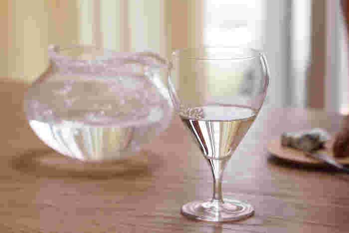 足からするりと伸びたシルエットが繊細で印象的なワイングラス。薄く作られてた縁でワインの繊細な味を楽しめそう。