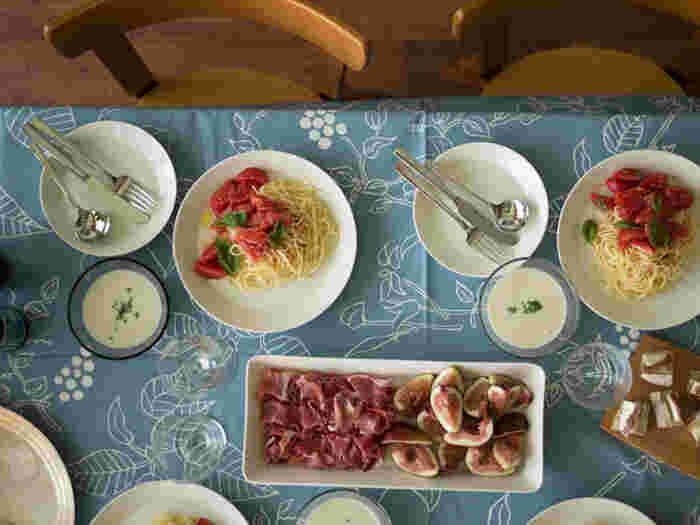 テーブルクロスなどの大きなサイズの北欧ファブリックを取り入れると、一気に北欧風なお部屋になります。北欧では家族が集まるダイニングもとても大切にしています。