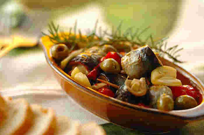 耐熱皿に、3枚におろしてくるくる巻いた秋刀魚、オリーブの実、プチトマトや、ローズマリー、ニンニクなどを加えて、オリーブオイルを注ぎます。あとは、グリルで焼くだけ。バゲットなどを浸せば、秋刀魚のうまみが溶け出した絶品オイルのおいしさが堪能できます。