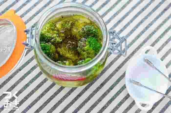 調味酢を使って簡単に作れるブロッコリーピクルス。ニンニクを入れることで風味もアップ。おつまみやお弁当のおともとしても楽しめるピクルスです。