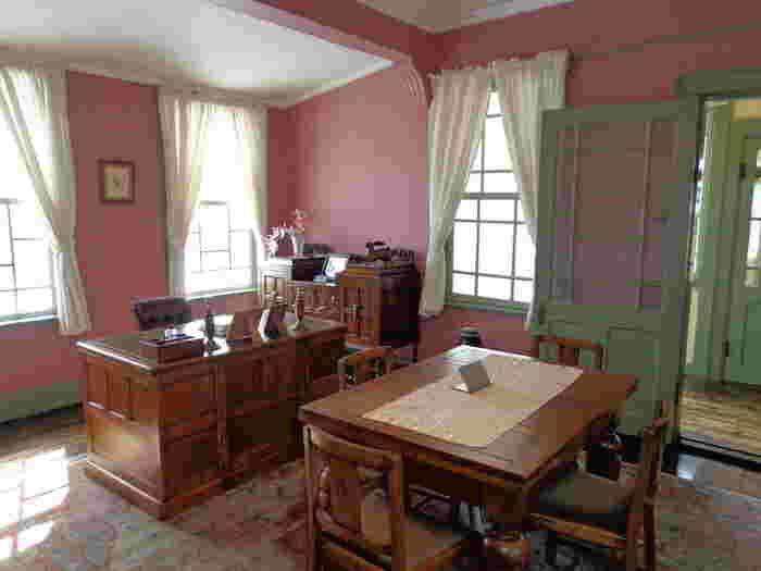 こちらは書斎ですが、ピンクの壁紙がかわいいですね。