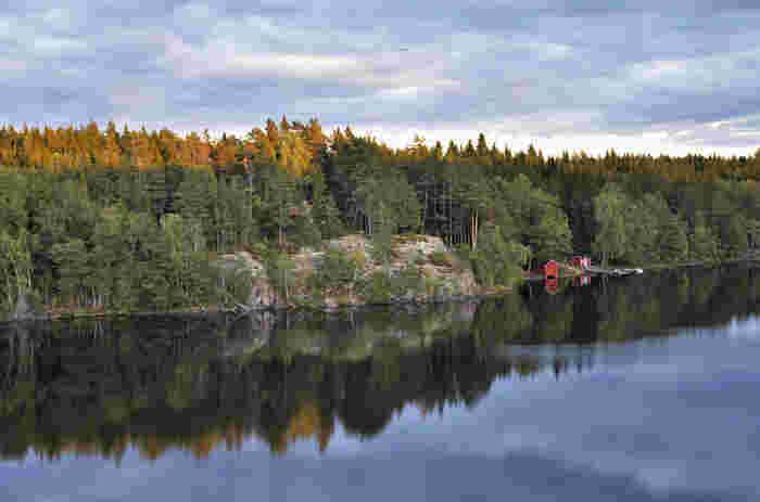 森や湖など、豊かな自然を有する北欧スウェーデン。スカンディナヴィア半島の東側に位置し、東海岸はバルト海に、西海岸は北大西洋につながる海峡に面しています。約45万平方キロメートルの国土のうち、6割以上を森林が占めます。首都ストックホルムの近郊にも多数の自然保護区があります。