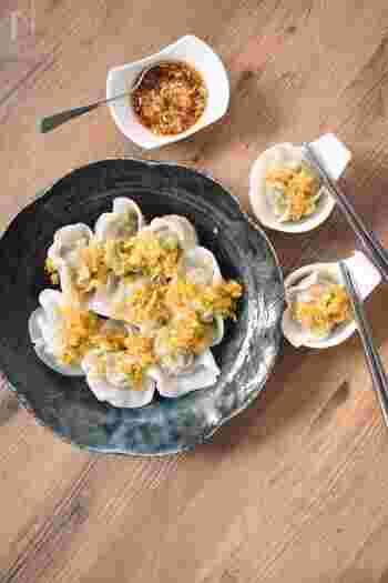 水餃子にぴったりな中華風のネギダレ。お酢の酸味と生姜や長ネギのぴりりとした香りがよく合い、水餃子がどんどん進みます!
