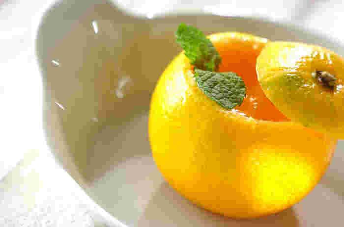 オレンジそのままのジューシーさが楽しめる、みかんゼリー。蜜柑の皮を容器に使うとおもてなし感がアップしますね。