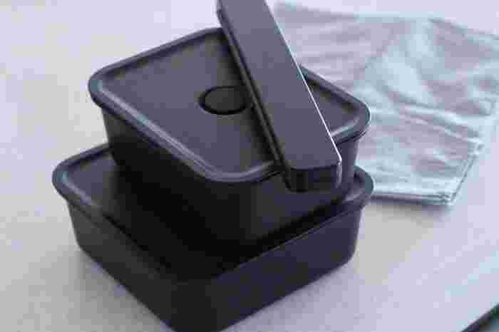 話題のバルブ付きで使い勝手の良いお弁当箱。レンジはもちろん、冷凍庫保存も可能なうえ、食洗機OK。ホワイトとブラックの2色で、6種類のサイズ展開があります。 冷蔵庫内でのスタッキングも美しくなりそうですね。  みんなの「今年のお気に入り」、ぜひ取り入れてみてくださいね。