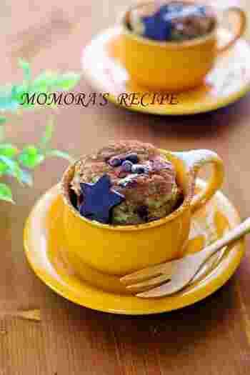バナナ1本が入った簡単チョコバナナマグカップケーキは、フォークでよく潰したバナナをホットケーキミックス・チョコチップ・牛乳と一緒に混ぜてレンジでチンするだけ。カフェのメニューのようで豪華です。