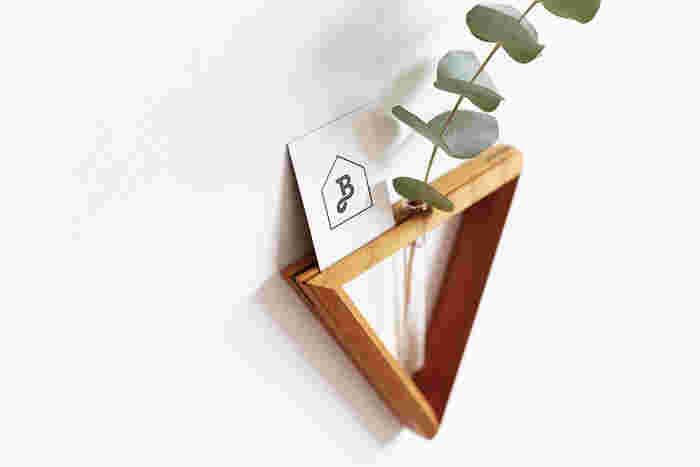 側面には溝があるので、カードを立てたりすることもできます。 花とカード、花と写真などのコラボレーションも楽しむことができちゃいますよ。